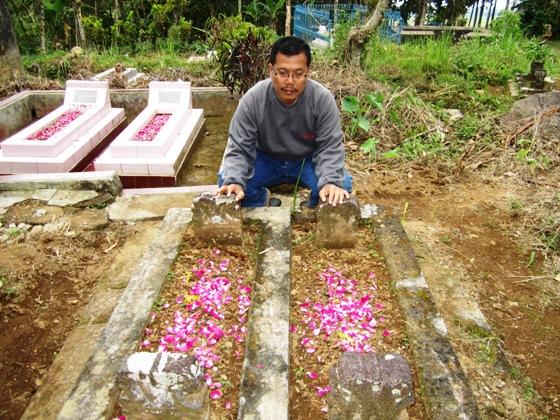 Pak Marmo mengunjungi makam